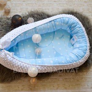 Babakék-fehér csillagos babafészek hófehér minkyvel, újszülött méret