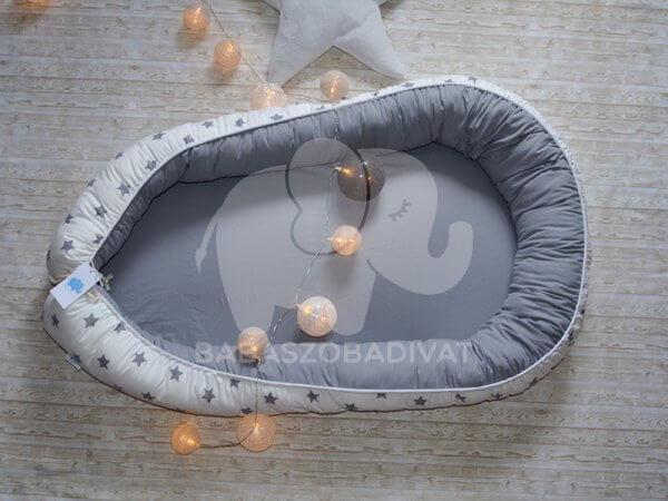 Fehér alapon szürke csillagos XXL-es babafészek, kivehető fekvőfelülettel